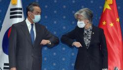 [포토]팔꿈치 인사 나누는 강경화 외교부 장관-중국 왕이 외교부장