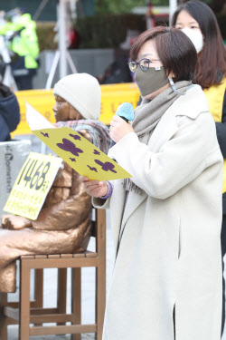 [포토]'정기 수요시위'에서 발언하는 이나영 이사장