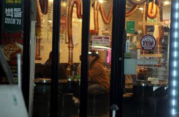 거리두기 직격탄 맞은 숙박·음식점업…종사자 감소폭 또 '역대 최대'