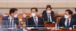 [포토]국회 법사위, '대화하는 송민헌-조재연-박범계'
