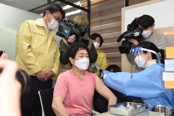 """코로나 백신 '1호 접종' 요양보호사…""""안심된다, 다른 주사와 비슷"""""""
