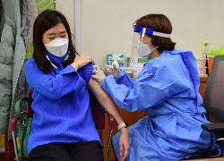 [포토]아스트라제네카 백신 접종 받는 노인요양시설 종사자