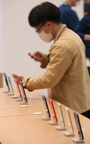 [포토]애플 스토어 2호점, 아이폰 살펴보는 한 시민