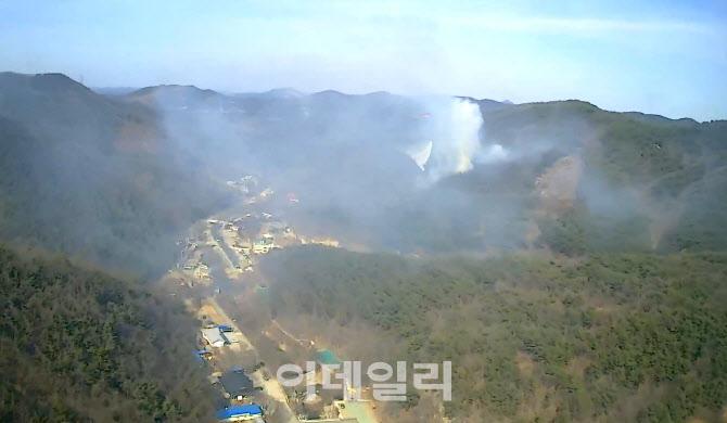 충남 서산 운산면 야산에서 산불..산림당국 헬기 동원 진화 중