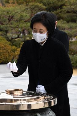 [포토]박영선 민주당 서울시장 후보, 현충원 참배