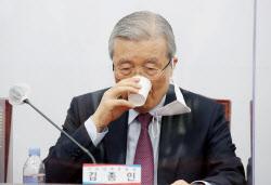 [포토]물 마시는 김종인 국민의힘 비대위원장