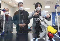 [포토]오세훈, '로봇의 축구 실력은?'