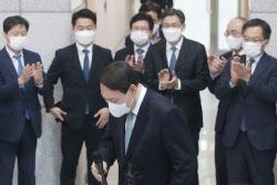 [포토]대검찰청에서 박수 받는 윤석열 총장