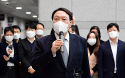 檢 떠난 尹…일가·측근 수사와 징계 불복 소송 향방은?