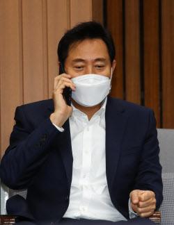 [포토]'누군가와 전화하는 오세훈 후보'