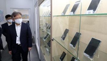 [포토]벤처기업 찾은 권칠승 중기부 장관