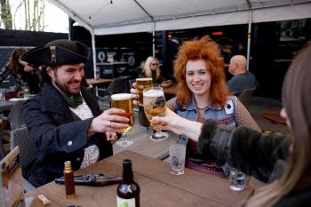 석달만에 봉쇄 푼 영국…영하 날씨에도 야외펍서 맥주잔 들었다