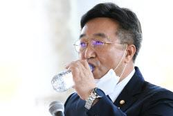 [포토]더민초 초청토론회, '물 마시는 윤호중 의원'