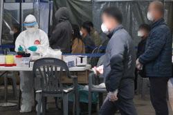 [포토]코로나19 검사 기다리는 시민들
