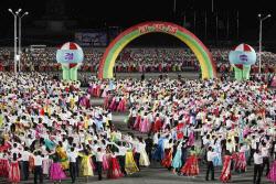 [포토] 김일성 광장서 춤추는 북한 청년들