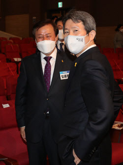 [포토]'투표위해 의원총회 참석한 이인영 장관'