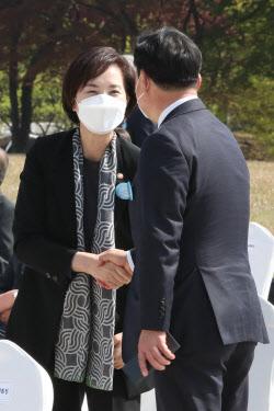 [포토]인사 나누는 유은혜 부총리-윤관석 의원