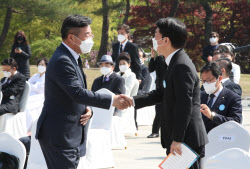 [포토]인사 나누는 윤호중 민주당 비대위원장-안철수 국민의당 대표