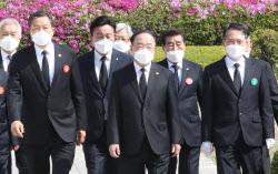 [포토]4·19혁명 제61주년 기념식 참석하는 홍남기 총리 직무대행
