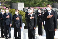 [포토]국민의례하는 홍남기 국무총리 직무대행