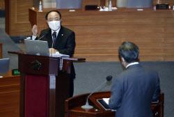 [포토]정치·외교·통일·안보 분야 대정부 질문에 답하는 홍남기