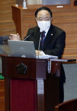[포토]정치·외교·통일·안보 분야 대정부 질문에 답하는 홍남기 국무총리 직무대행