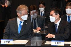 [포토]국회토론회, '대화하는 이재명-정성호'