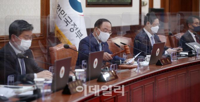 홍남기 직무대행, 첫 국무회의 주재
