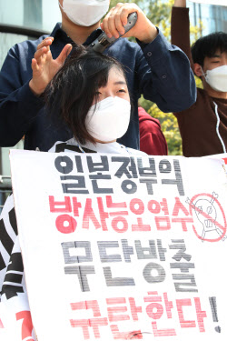 [포토]삭발하는 대학생 '후쿠시마 원전 오염수 방류 결정 규탄'