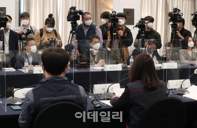 전원회의에서 경청하는 박준식 위원장