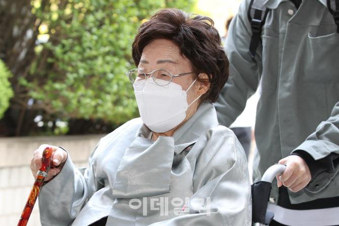 이용수 할머니, 일본 상대로 소송 선고기일 출석