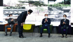 [포토]참석자들에게 인사하는 오세훈 서울시장