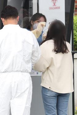 [포토]코로나19 신속 분자진단 검사 받는 학생