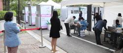 [포토]코로나19 신속 분자진단 검사 기다리는 시민들