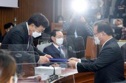 [포토]김부겸, '선서문 전달'