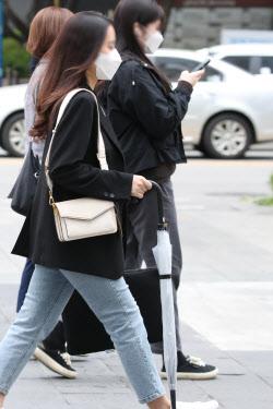 [포토]비 소식에 우산 들고 출근
