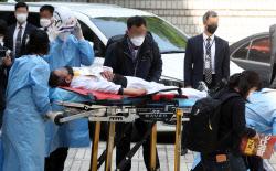 [포토]병원으로 이송되는 김정남 아시아나KO 전 지부장