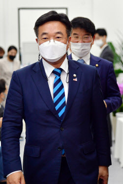 [포토]'원내대책회의 참석하는 윤호중'