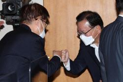 [포토] 인사하는 김부겸 총리와 김영주 위원장