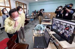 [포토]학생들과 반갑게 인사 나누는 김부겸 총리