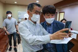[포토]이준석 대표, '백신 접종 후 시민과 기념촬영'