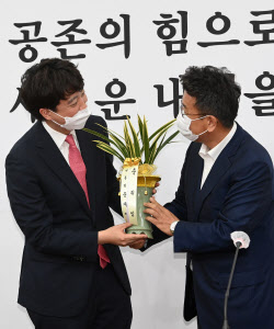 [포토]이준석 대표에게 문재인 대통령 축하 난 전달하는 이철희 정무수석