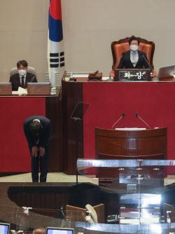 [포토]교섭단체 대표연설에 앞서 인사하는 김기현 원내대표