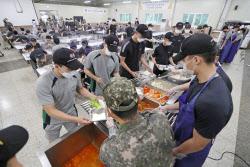 軍, 조리병 '혹사'에 1천명 추가 투입..급식 전면 개편