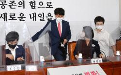[포토]'국민의힘 최고위 참석하는 이준석 대표'
