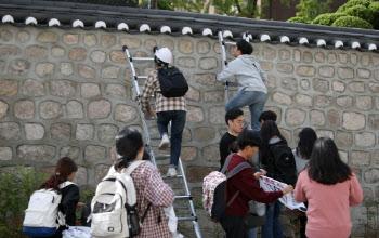 '美 대사관 월담' 대진연 회원들, 2심도 집행유예