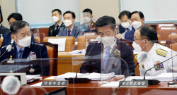 [포토]국방위 전체회의, '대화하는 원인철-서욱-부석종'