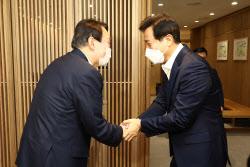 [포토]'두손 맞잡은 윤석열-오세훈'