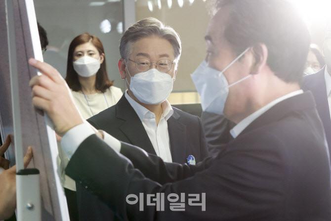 '이낙연 바라보는 이재명'