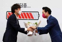 [포토]장성민 전 의원에게 축하 꽃다발 전달하는 이준석 국민의힘 대표